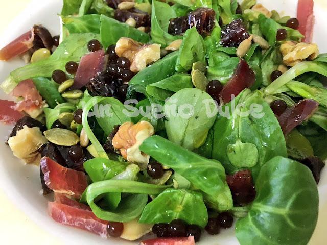 Ensalada saludable de canónigos y mojama con frutos secos