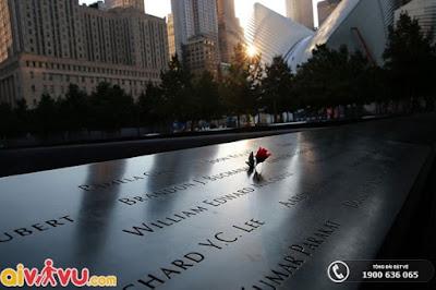 Tên của những người đã chết được ghi vào bảng đồng cắt hồ bơi Memorial.