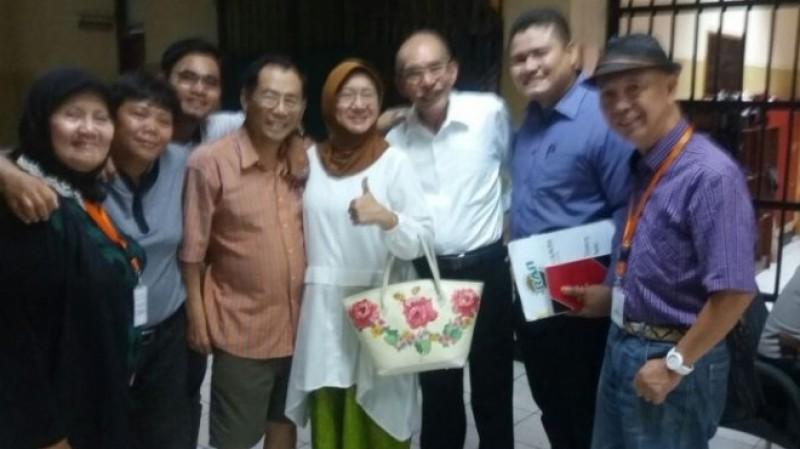 Sri Bintang Pamungkas bersama istri dan pengacaranya di tahanan