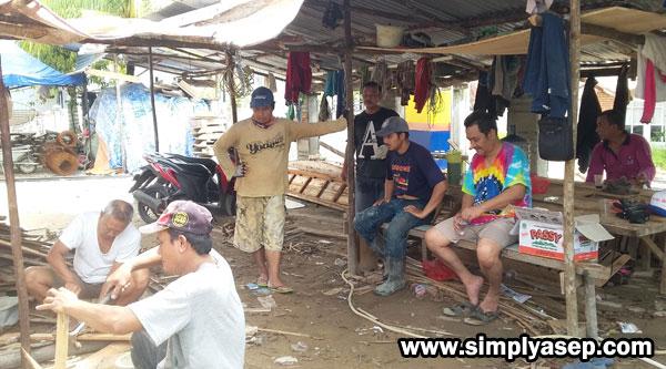REHAT  : Para Gotong Royongers (Yang kerja bakti-red) Jamaah dan Warga istirahat sejenak melepas penat, sedangkan yang lainnya melanjutkan pekerjaan. Tetap ceria dan semangads.  Foto Asep Haryono