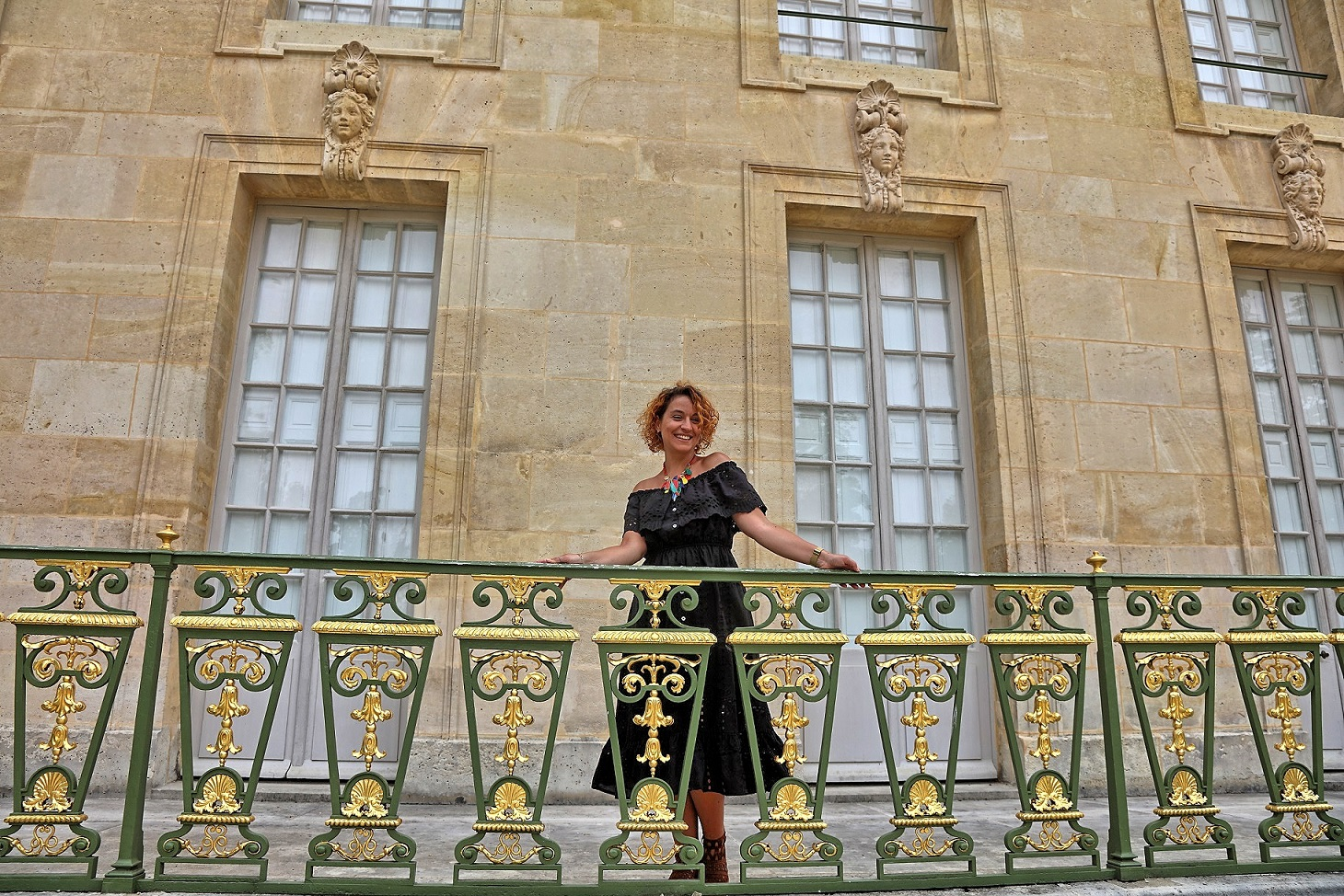 look-robe-noire-epaules-denudees-concours