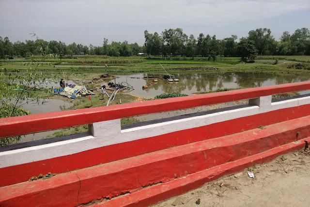 রংপুর - দিনাজপুর মহাসড়কের ঘাঘট নদীতে বোমা মেশিন  ব্রিজ ও সড়ক হুমকির মুখে