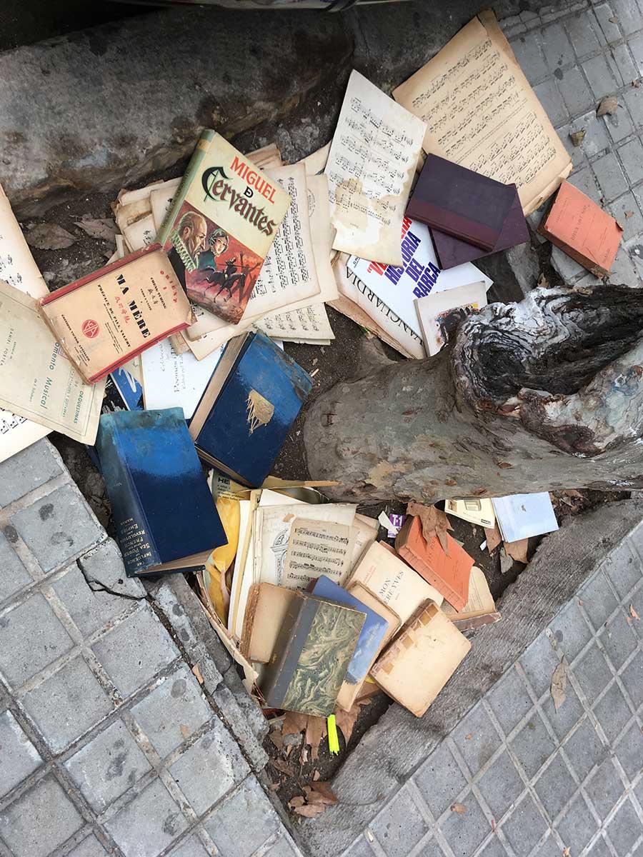 Calle Enric Granados. Libros y partituras. Barcelona, diciembre 2020