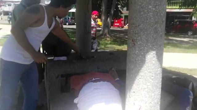 VIDEO; —Ni lo toques ni lo toques... —¡Ey! ¡Ey! ¡Ey! —¡Onde llevas eso, déjalo ahí! —¡Los vamos a acusar de robo! mientras agonizaban en el piso les iban a robar