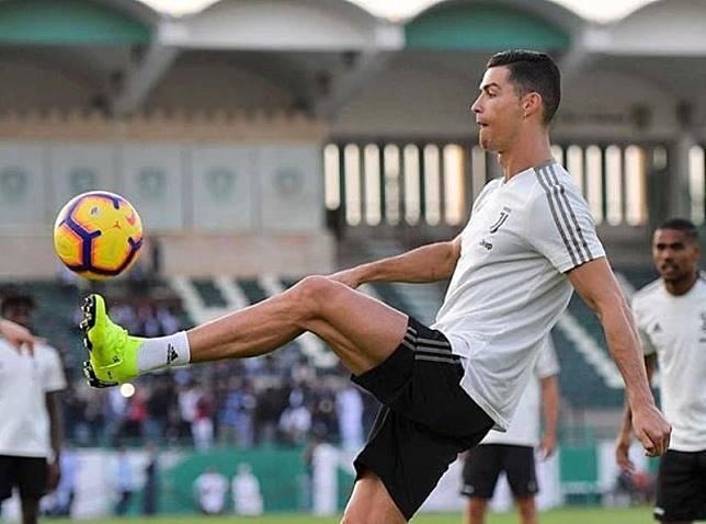 Staf Medis Juventus Periksa Engkel Ronaldo Jelang Laga Kontra Napoli
