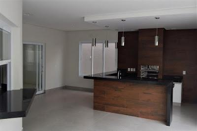 A churrasqueira da varanda gourmet recebeu acabamento condizente com um ambiente interno da casa, incorporando o espaço ao cotidiano dos seus habitantes.