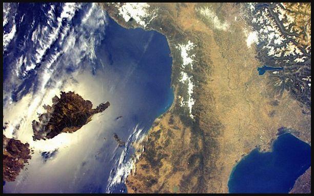 L'astronauta Nespoli riceve la telefonata di Mattarella per una foto dell'Italia dallo Spazio