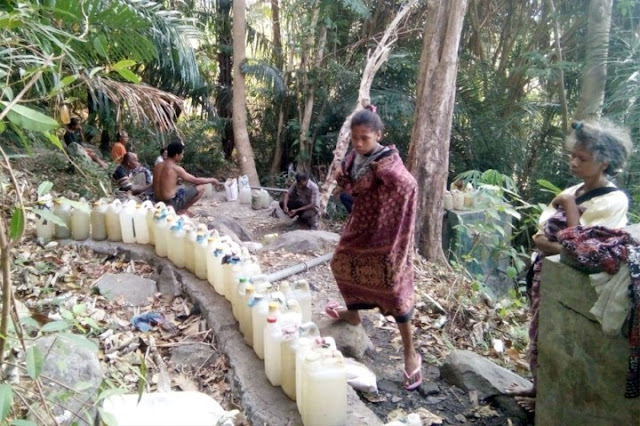"""""""Kami Minum Air Kotor dan Bau, Pak Presiden Jokowi Tolong Bantu Kami"""""""
