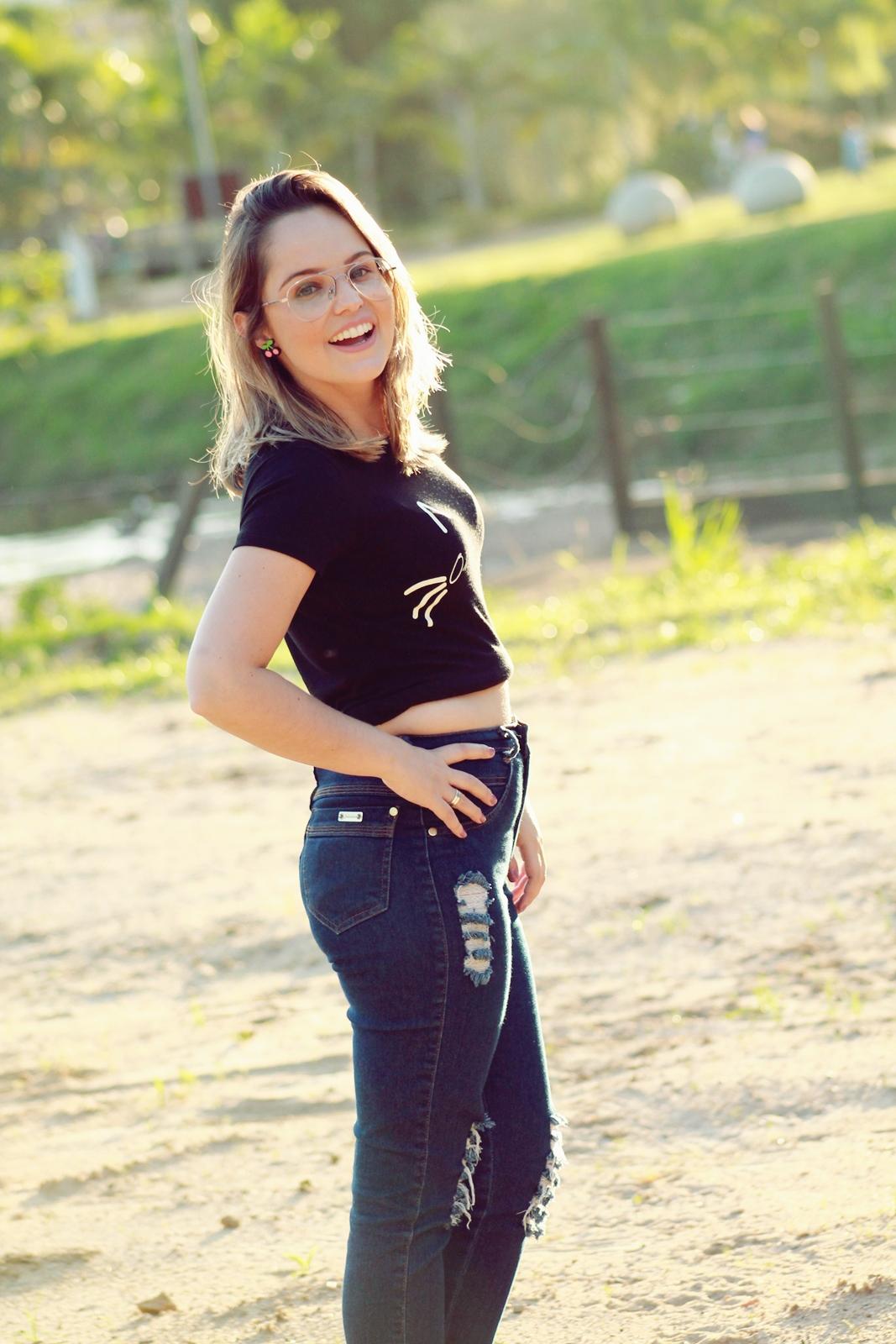 camiseta divertida com calça jeans