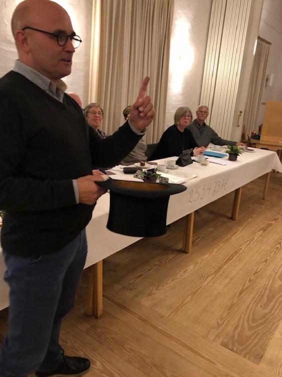 Foreningens revisor Jan Ulrik Nielsen styrer bortlodningen af årets kunstværker