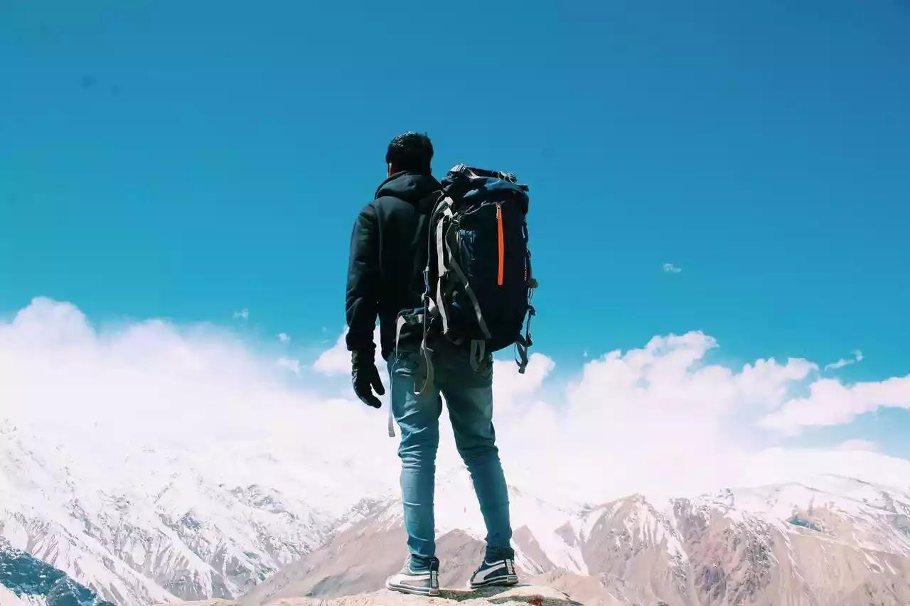 Pendaki dan Keril Foto oleh Pawan Yadav dari Pexels