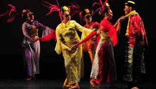 menari bersama penari Cokek.