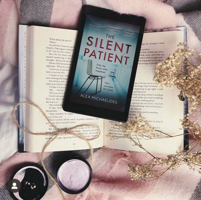Cover of 'The Silent Patient' by Alix Michaelides on kindle: a chair in an empty blue room