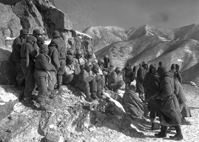 Soldados estadounidenses retienen a soldados chinos en las montañas