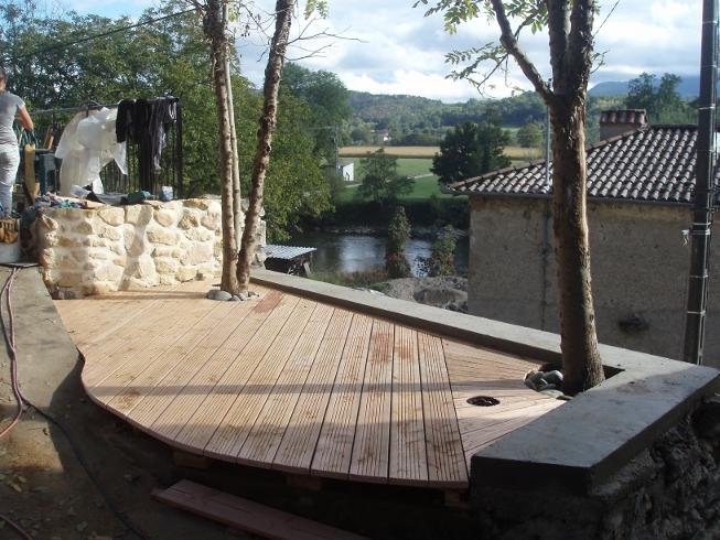 une petite terrasse en bois design pour la 100e de tous ensemble en ari ge p le environnement. Black Bedroom Furniture Sets. Home Design Ideas
