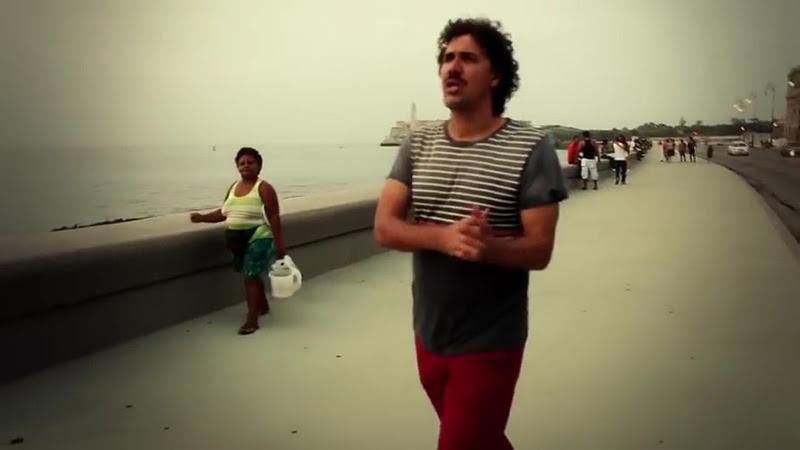 Roberto Carcassés - ¨Viene y va la felicidad¨ - Videoclip - Dirección: Andros Barroso. Portal Del Vídeo Clip Cubano - 09