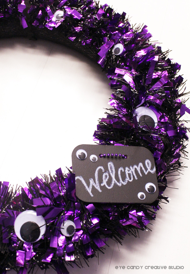 welcome sign on wreath, halloween wreath craft, crafting for halloween