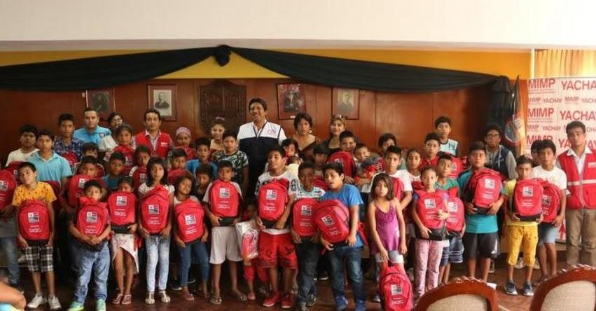 Programa Yachay entrega kits escolares a niños trabajadores de la calle en Sullana - Piura