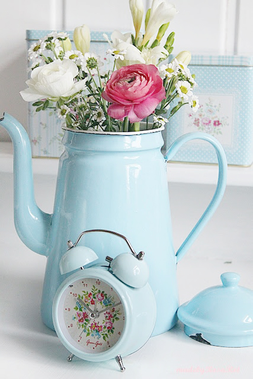 Gorgeous flowers and a stunning greengate clock! Rosa Rot Shabby Chic Kitchen | Crochet Pot Holders and Greengate DK
