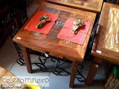 mesa rústica quadrada em madeira de demolição co guardanapos em chita