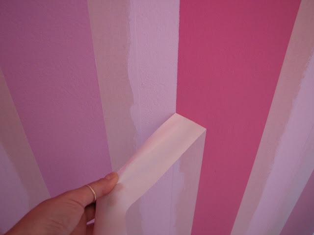 Φτιάχνουμε ρίγες στον τοίχο με χρτοταινία.