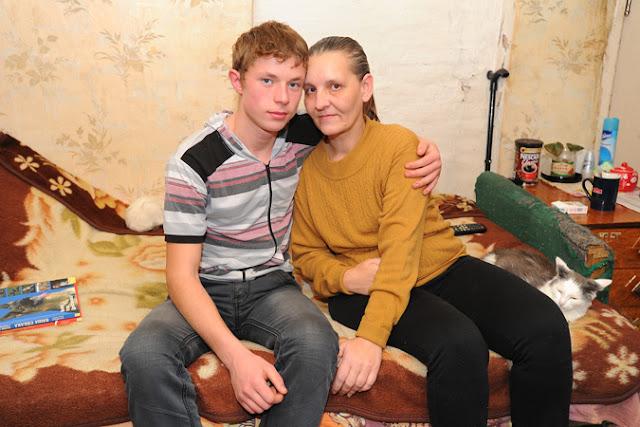 Мальчик с 8-ми лет ухаживал за парализованной мамой. Сейчас ему уже 23, и вот как он живет сейчас.