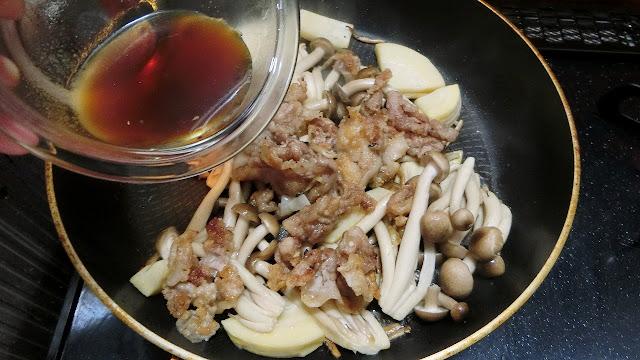 豚肉を戻し入れ、【甘酢調味料】をまわし入れ、とろみがつくまで全体を木べらで混ぜながら炒め煮にし、煮汁が少なくなってきたら火を止めます。