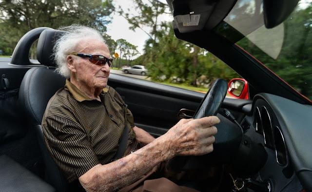 Il nonno di 107 anni guida la macchina in compagnia della sua ragazza