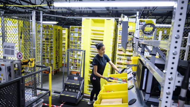 Εργαζόμενοι σε αποθήκες της Amazon κατήγγειλαν ότι «ουρούν σε μπουκάλια» για να μη φεύγουν από τη βάρδιά τους