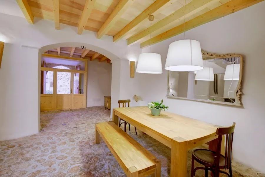 Salón rústico con paredes blancas