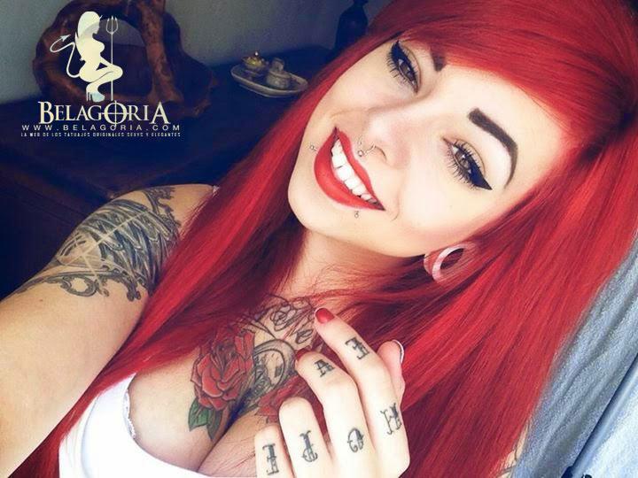 Vemos a una mujer pelirroja con tatuajes muy espectaculares