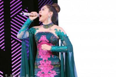 Kebaya Kartini Modern Brokat Hijau Toska Vicky Shu Cantik dan Anggun