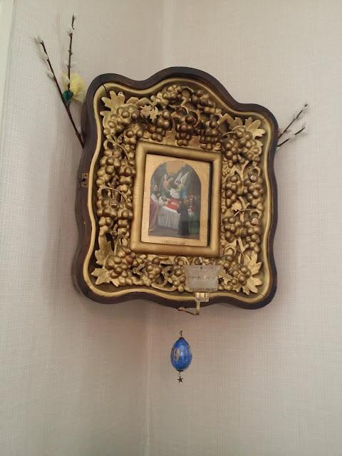 Kuvassa ikoni, joka on koristeltu pääsiäismunalla.