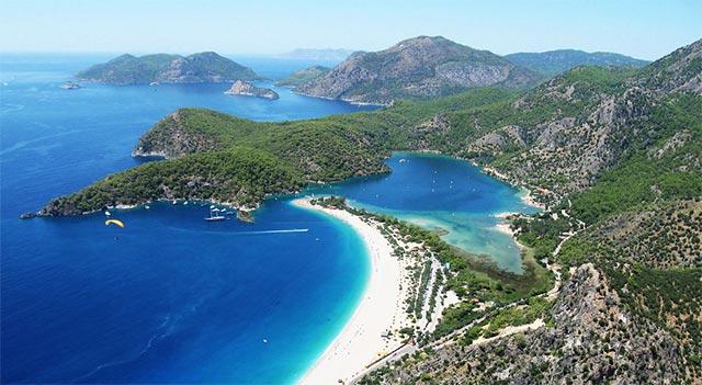Ekim ayının sonuna kadar Fethiye'de denize girebilir, Babadağ'dan yamaç paraşütü yaparak, gökyüzünden Ölüdeniz'i seyredebilirsiniz.