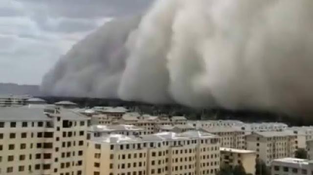 Banjir Belum Surut, Badai Pasir Setinggi 100 Meter Telan Kota di China