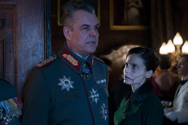 """Le général Erich Ludendorff (Danny Huston) et le Doctor """"Poison"""" (Elena Anaya) dans Wonder Woman"""