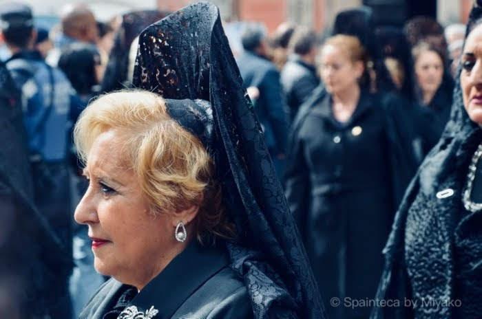 スペインの伝統的な黒い刺繍入りのベールを身につけるスペイン女性
