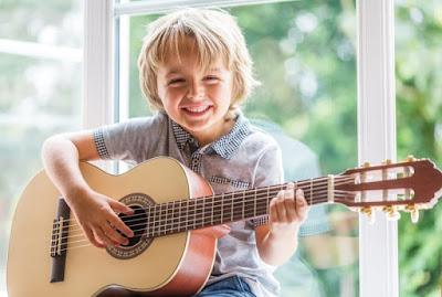 Dạy trẻ cách cầm đàn guitar khi mới bắt đầu