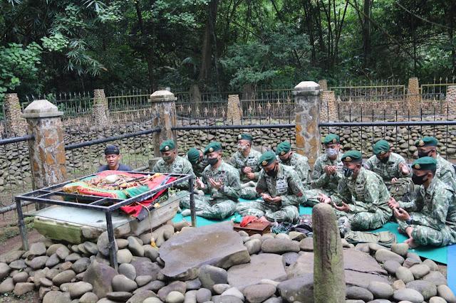 Prajurit YR 303 Kostrad Ziarah  ke Makam Prabu Kiansantang