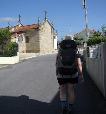 peregrina do Caminho de Santiago numa rua