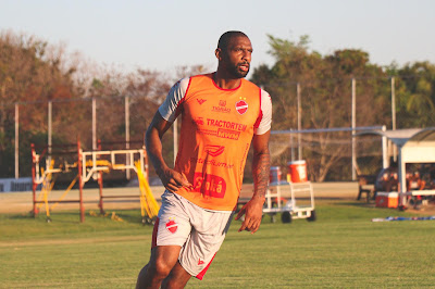 Zagueiro Rafael Donato renova contrato com o Vila Nova até o final de 2021