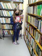 Девочка смотрит книгу фото