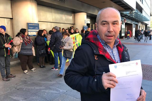 El director del colegio, Juan Ortega, muestra el registro de entrega de las matrículas al Gobierno Vasco