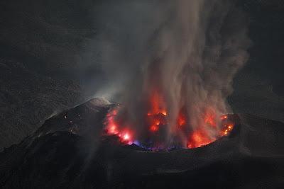 Foto Gunung Meletus 6