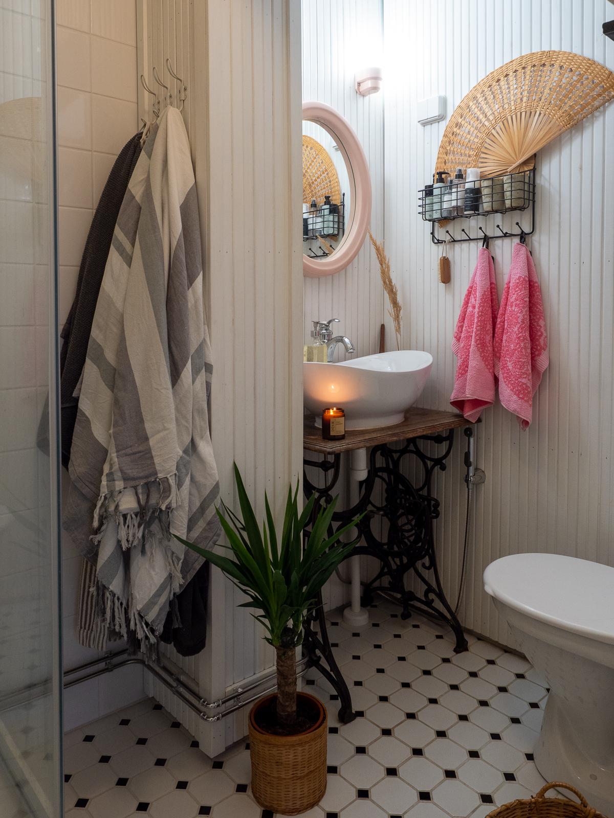 pieni kylpyhuone toimivammaksi