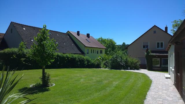 oberer Garten mit Haubaum und Blick aufs Wohnhaus (c) by Joachim Wenk