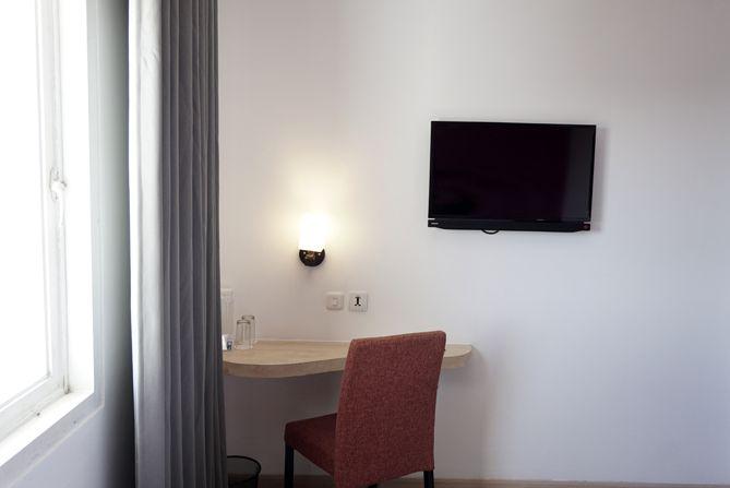 Meja kecil dan televisi kamar
