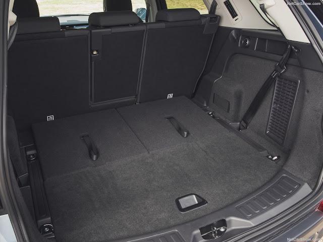 Khoang chứa đồ của Land Rover Discovery Sport đủ rộng cho những chuyến nghỉ dưỡng xa của cả gia đình