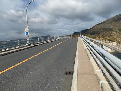 上関大橋の上
