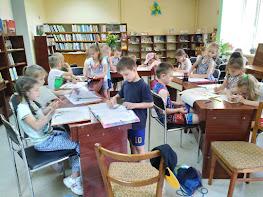 Дети читают и рисуют школьный лагерь Усмішка НВК № 59 бібліотека-філія №4 М.Дніпро